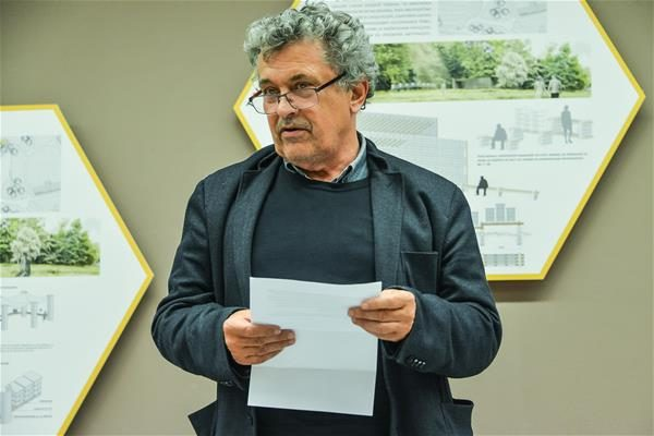 Prof. Janez Koželj na otvoritvi razstave (foto: BTC City)